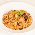 THAI Wok-gerührte Reisnudeln mit Hühnerbrustfilet und Gemüse